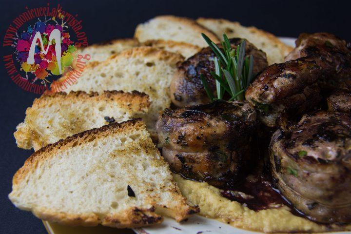 Filetto di Cinta alle erbe con lardo di Colonnata e pane croccante su crema di ceci e riduzione di Chianti7