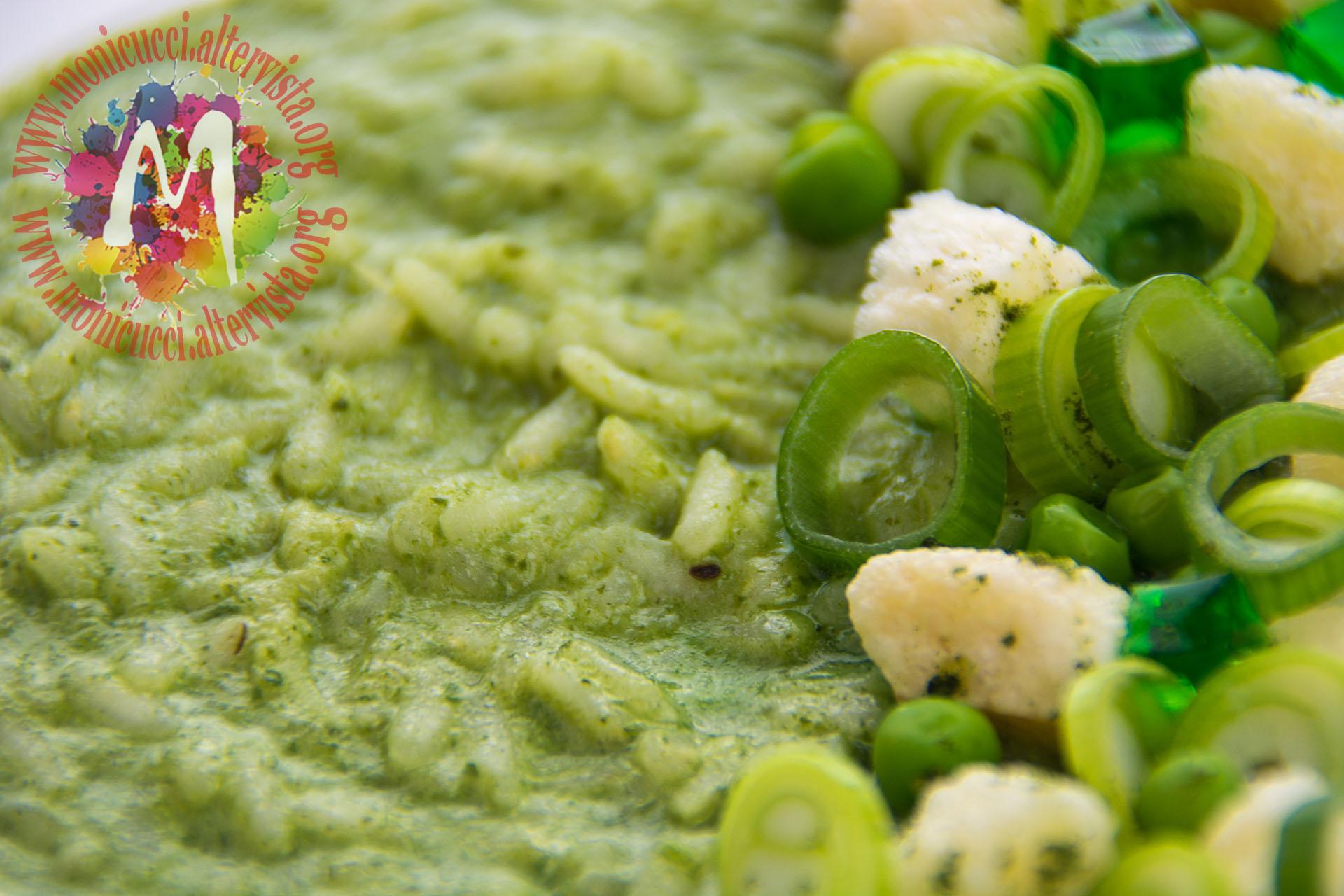 Riso verde alla clorofilla di foglie di ravanello, robiola e ...